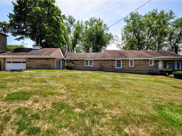 491 Pinewood Dr, Peters Twp
