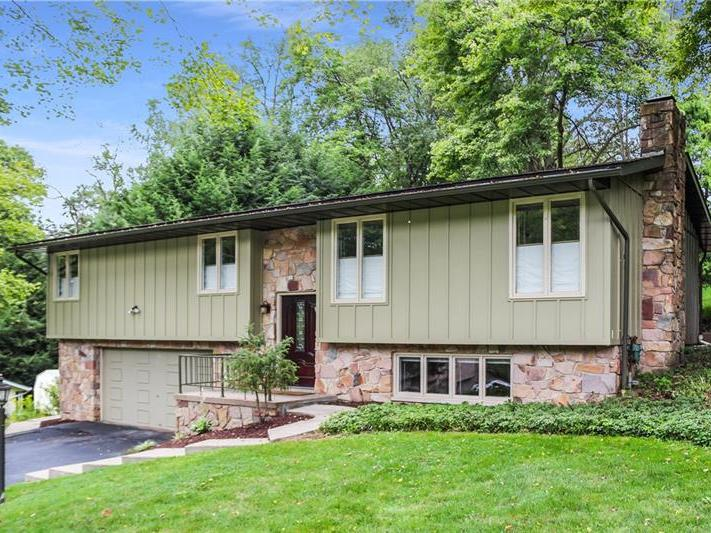 122 Lyn Dale Drive, Center Twp
